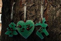 Vánoční+ozdoby+-+perličky+003+Vánoční+ozdoby+z+překližky.+Ručně+malované+z+obou+stran.+Opatřené+jemnou+bílou+patinou+a+perletí.+Dozdobené+barevnými+perličkami.+Stužka+na+zavěšení.+Vhodné+na+ozdobu+vánočního+stromečku,+ale+i+pro+jakoukoliv+vánoční+dekoraci.+Set+obsahuje+3+ks+(1x+stromeček,+1x+sob,+1x+srdce).+Rozměry+cca:+7+cm+barva:+zelená+Každý+kus+je+ručně...