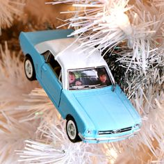 DIY Harry Potter Christmas Tree Ornaments: The Ford Anglia. That's hilarious. Harry Potter Christmas Decorations, Harry Potter Ornaments, Harry Potter Christmas Tree, Hogwarts Christmas, Harry Potter Fiesta, Décoration Harry Potter, Harry Potter Birthday, Harry Potter Bricolage, Ford Anglia