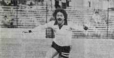 """Carlos Caszley """"Dopo l'incontro Augusto Pinochet volle congratularsi con i giocatori, invitandoli a un ricevimento per celebrare la qualificazione della nazionale alla Coppa del Mondo. Nell'occasione Caszely rifiutò di stringere la mano al dittatore, costretto a passare oltre: """"Fui l'unico giocatore che non salutò il dittatore. Avevo paura, ma era quello che dovevo fare. Lo incontrai diverse volte durante la mia carriera, e solo una volta lo salutai"""""""