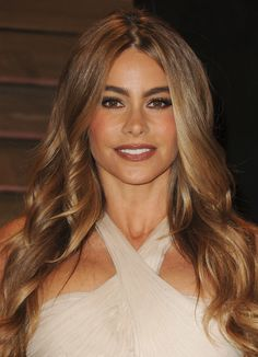 Sofia Vergara at Vanity Fair Party - Light-hued waves juxtaposed with dark salmon lipstick gave Sofia's afterparty look a unique touch - Michelle Rodriguez, Sofia Vergara Hair, Sophia Vergara, Celebrity Hairstyles, Down Hairstyles, Hair Inspo, Hair Inspiration, Different Hair Colors, Beauty And Fashion