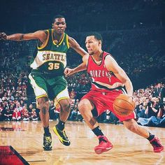 Kevin Durant defends against former Husky Brandon Roy.