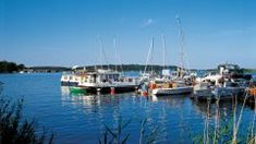 Segelboote im Hafen von Malchow, Mecklenburgische Seenplatte Das Hotel, Old Town, Great Lakes, Old Wood Doors, Colorful Houses, Drive Way