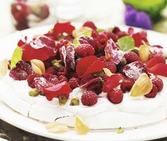 Recept: Marängtårta med rosenyoghurt