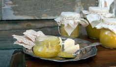 Paahtoleivän päällä maistuu kesäkurpitsa-sitruunahillo, joka voilisäyksellä jalostuu kesäkurpitsacurdiksi.