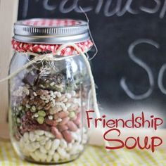Gift in a Jar: Friendship Soup with Free Printable Gift in a Jar Friendship Soup Bean Soup Mason Jar Meals, Mason Jar Gifts, Meals In A Jar, Mason Jar Diy, Canning Jars, Homemade Food Gifts, Homemade Soup, Diy Gifts, Diy Food