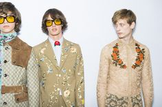 En backstage du défilé Gucci homme printemps-été 2016 à Milan, mannequins, lunettes 70's