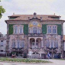 Casa de Francisco Maria de Oliveira Simões, projeto de Silva Rocha de 1914, revestido por azulejos em tons de verde, em Estarreja, distrito de Aveiro, Região Centro, Portugal