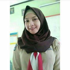 School Uniform Girls, High School Girls, Dm Foto, Hijab Prom Dress, Hijab Collection, Muslim Beauty, Indonesian Girls, Hijab Chic, Muslim Women