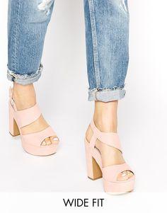 Sandalias de tacón de ancho especial con plataforma en rosa de New Look