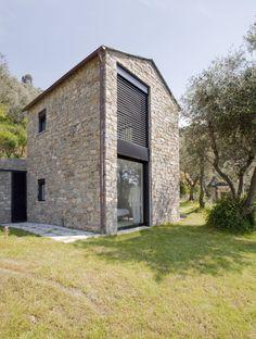 Casa Contadina est une vieille ferme restaurée par le studio A2BC en Ligurie, Italie.