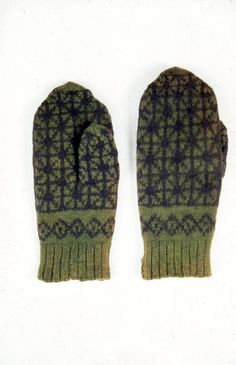 Musta-vihreät kirjoneulelapaset. Ranneke on vihreää joustinneuletta (2 o, 2 n) ja sen pituus on 5 cm. Rannekkeen yläpuolella on vinoneliöraita. Muuten la... Varsinais Suomi