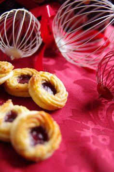Marzipankränze (Mürbeteig bestrichen mit Marmelade und einem aufgespritzten Ring aus einer Marzipan-Eiweiß-Masse)
