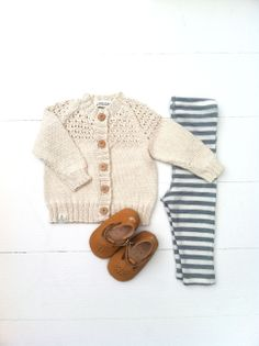 Babycardigan med hulmønster fra Asta & Alfred, uld leggings fra Joha og hjemmesko i lammeskind fra Easy Peasy.