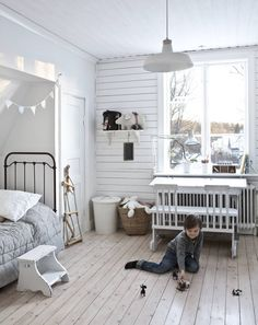 Täällä on tilaa vaikka merirosvoleikeille. Oliverin huone kunnostettiin yläkerrassa ensimmäisenä. Ikkunaseinän lauta asennettiin remontissa. Vanha rautasänky on hankittu Anne-Marin kotikaupungin, Kalajoen kesäkirpputorilta. Vanha pulpetti on Huuto.netistä.
