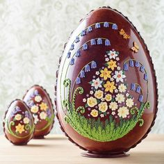oeufs en chocolats de luxe richement ornés- un symbole de la création du monde