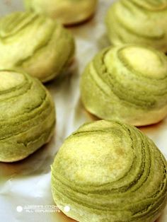 Green tea bean cakes Making these O. Asian Desserts, Asian Recipes, Sweet Recipes, Japanese Matcha Tea, Green Tea Dessert, Green Tea Ice Cream, Bean Cakes, Green Tea Recipes, Sushi
