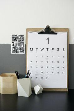 Image viaelskeleenstra.nl Ik schreef al eerder over het clipboard als interieur design. Leuk om posters of mooie afbeeldingen mee op te hangen, maar ik ontdekte ook een ander leuk idee: de kalender! Tegenwoordig zijn er veel mooie gratis calendar printableste vinden op het web. Maar een eigen ontwerp kan natuurlijk ook. Clipboards zijn o.a. te … Lees verder DIY: clipboard calendar »