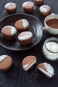 Une recette de palets glacés choco-coco façon Bounty qui se composent d'un fond biscuité, d'une crème coco et d'un glaçage au chocolat au lait...