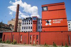 """""""Krzywy Komin"""" jest dzięki temu jedynym we Wrocławiu miejscem łączącym kształcenie teoretyczne i praktyczne, kreację i funkcje wystawiennicze. Odwiedzający mogą w CRZ przejść drogę od idei, przez jej realizację aż po prezentację finalnego produktu publiczności."""