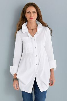 Fashion Over Fifty Ultimate Fashion Essential The White Tunic Shirt - Cindy Hattersley Design Peplum Shirts, Tunic Shirt, Shirt Outfit, Shirt Blouses, Tunic Tops, Fashion Over Fifty, Over 50 Womens Fashion, Mode Ab 50, Fashion Essentials