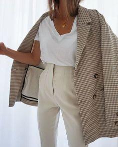 Le blazer est un basique indispensable. Petite veste passe-partout, c'est un outil précieux pour donner du style à tes tenues de bureau mais aussi pour... Tous les conseils & idées de tenues sont dans cet article ! #tenuefemme40ans #blogmodefemme40ans #tenuestylée #élégante #blazer #blazerimprimé #pantalonbeige #tshirtlooseblanc Winter Fashion Outfits, Work Fashion, Fall Outfits, Autumn Fashion, Fashion Looks, 70s Fashion, Fashion Vintage, Fashion History, Modest Fashion