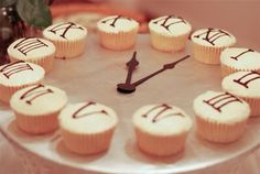 Clock Cupcakes for a New Years Eve Party. Love this clever idea! New Year's Cupcakes, Cupcake Cakes, Holiday Treats, Holiday Recipes, Tapas, New Year Clock, Party Favors, New Year's Desserts, New Year's Food