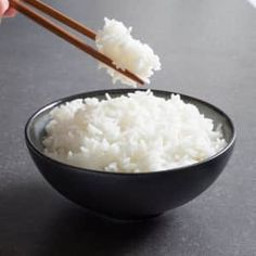 The rice served in Chinese restaurants is soft enough to soak up savory sauces and sticky enough to be picked up with chopsticks. Parmesan Risotto, White Rice Recipes, Rice Recipes For Dinner, Chipotle, Perfect White Rice, Slow Cooker, Quinoa Salat, Chili Sauce, Salud