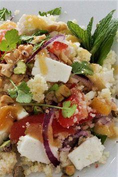Leckerer Mahlzeitsalat mit Couscous und Aprikosen Dressing.