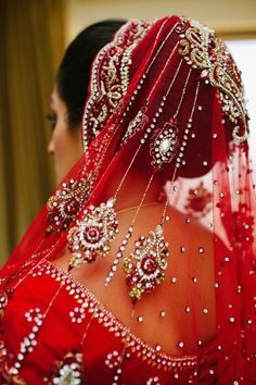 indian bride wearing red lehenga and bridal hairstyle hairbun Bridal Dupatta, Pakistani Bridal, Indian Bridal, Quinceanera Hairstyles, Bridal Photoshoot, Wedding Hairstyles For Long Hair, Bridal Hairstyles, Bun Hairstyles, Wedding Hair Down