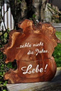 """Gastgeschenke - Holz Baumscheibe """"...zähle nicht die Jahre, Lebe!"""" - ein Designerstück von Atelier-Maeurer bei DaWanda"""