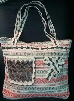 Bolsa artesanal de tecido fio de algodao, com fechamento em ziper e com bolso frontal 16x18. Detalhes frontal em renda de algodao.