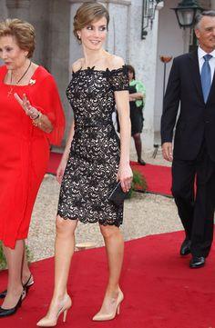 Little Lace Dress. Letizia consiguió deslumbrar con un little lace dress negro con fondo nude y escote barco. Como complementos eligió unos salones nude y un clutch XS.