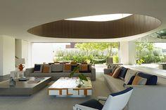 litoral paulista | projeto: arthur casas | com 950 m2, essa casa tem seus dois pavimentos unidos pelo vão de formas arredondadas
