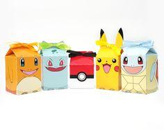Pokémon - Caixinha Milk  Pikachu, Charmander, Bulbasaur, Squirtle e Pokébola.    O pedido pode ser feito misturado ou somente de um personagem.    Impressão em papel 180g/m2 + fita cetim.    Valor apenas da caixinha vazia.    Larguras e Comprimentos: 5,4 cm  Alturas:  Pikachu: 13,5 cm  Charmander...