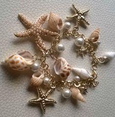 cadena con adornos de conchas y estrellas de mar