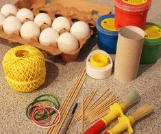 Färben, bemalen, verzieren, dekorieren – Die Eier sollen zu Ostern schön bunt sein. Aber wie kann man mit Kleinkindern am besten Eier bemalen? Mit Pinsel oder mit den Händen? Und welche Farbe eignet sich für die Ostereiermalerei? Wir haben den Praxistest gemacht!