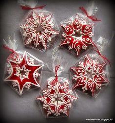 ÉkesÉdes: KARÁCSONYRA Fancy Cookies, Iced Cookies, Cute Cookies, Royal Icing Cookies, Cupcake Cookies, Cookies Et Biscuits, Christmas Sugar Cookies, Christmas Gingerbread, Holiday Cookies