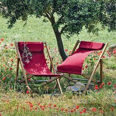 """Chilienne en teck """"Elle"""" - Ethimo. L'intemporelle chilienne en teck s'offre une touche de couleur avec un beau rouge coquelicot. Une teinte qui sent bon les beaux jours et s'unit parfaitement à la chaleur de ce bois exotique."""