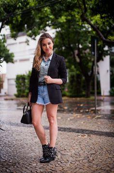 Confira várias dicas de looks com blazer preto, uma peça versátil, clássica e super fácil de combinar do guarda-roupa feminino.