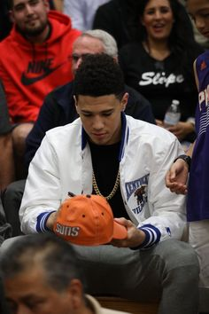 Booker, still wearing UK gear Basketball Baby, Kentucky Basketball, Kentucky Wildcats, Basketball Players, Cute Black Boys, Pretty Boys, Nba Western Conference, Light Skin Men, Jersy Boys