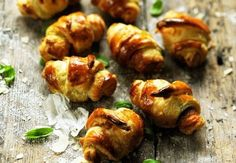 1. P'tits croissants pesto y jamon Découvrez la recette des p'tits croissants pesto y jamon dublog Dorian cuisne.com