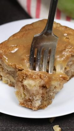 Apple Dapple Cake Apple Dapple Cake is an easy, vintage cake recipe loaded with apples and nuts, and a sweet buttery glaze on top. Apple Dessert Recipes, Delicious Cake Recipes, Pumpkin Recipes, Yummy Cakes, Easy Desserts, Fall Recipes, Sweet Recipes, Yummy Food, Apple Recipes Easy