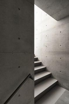 Stocker Lee Architetti 이소진 씨가 설계한 '논현 101-1' 주택은 콘크리트를 기반으로 버건디 색감의 벽돌을 이용하여 만들어졌다. 수많은 사무실과 아파트가 즐비한 서울의 강남 지역에 위치한 집은 이전의 건..