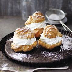 Extra-sahnige Windbeutel Profiteroles Rezept & Küchengötter The post Extra cremige Puffs & Sweet Bakery appeared first on Patisserie . Jamaican Rum Punch Recipes, Baking Recipes, Dessert Recipes, German Desserts, Cocktail Desserts, Sweet Bakery, Sweets Cake, Best Food Ever, How Sweet Eats