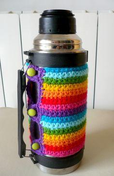 Funda para termo - Crochet - Tejidos de Punto - 133387 Crochet Cup Cozy, Crochet Cactus, Knit Crochet, Diy Jewlry, Caron Yarn, Beginner Crochet Projects, Crochet Dishcloths, Bottle Cover, Crochet Girls