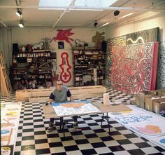 In this 1988 file photo, artist Keith Haring works in his studio in NY. The bohemian atmosphere of downtown New York in the & had a huge impact on Harings art, from his impromptu subway chalk drawings to his maze-like abstract paintings. Keith Haring, Haring Art, Jm Basquiat, Jean Michel Basquiat, Famous Artists Paintings, Chalk Drawings, Exhibition Poster, Museum Exhibition, Arte Pop