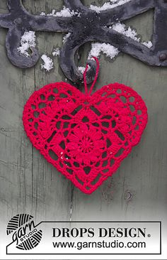Crocheted heart for Christmas. The piece is worked in DROPS Safran.