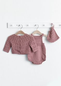 Strålejakke, romper og kyse  Hefte 1719, design Nr. 11abc - Jakke, romper og kyse strikket i Tynn Merinoull Baby Born, Baby Knitting, My Design, Kids Outfits, Rompers, Crop Tops, Quilts, Dolls, Children