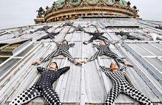 Fotograaf JR gebruikt dansers bijna als objecten voor het creëren van de perfecte compositie. Dezeserie is gemaakt op het dak van hetOpéra Garnier in Parijs. Door hun geometrische pakken gaan de ...