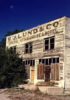 Ghost Town Gallery - Hundreds of pictures of Ghost Towns in the American West Old Abandoned Buildings, Abandoned Mansions, Old Buildings, Abandoned Places, Haunted Places, Old Country Stores, Ghost Towns, As Time Goes By, Old Houses